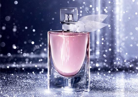 蘭蔻 - 全新「美好人生淡香氛花漾版」繫上白色純潔玫瑰絲巾 綻放春天第一抹歡欣笑顏