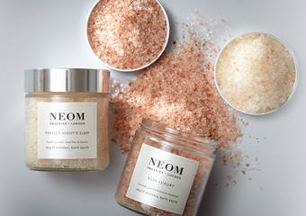 NEOM - 從沐浴時光卸下疲憊 累積療癒的能量 天然精油療癒香氣、84 種礦物質添加,開啟居家能量護膚旅程