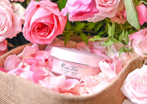 穿上Miss Dior愛戀香氣 2020全新「花漾迪奧香體蜜粉」溫柔輕撲 清新柔膚