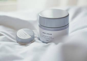 每晚最期盼的舒膚時光 潤澤化為輕柔質地 呵護全身肌膚與雙唇「舒膚時光雲朵身體霜」「舒膚時光晚安唇膜」